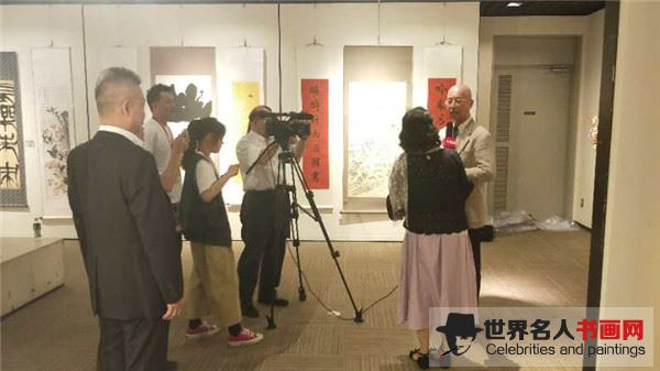 著名书画家宁学明在展览会期间接受日本中新网电视台专访